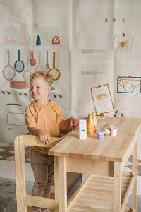 petit garçon souriant sur une tour d'observation Montessori
