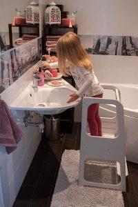 petite fille dans la salle de bain